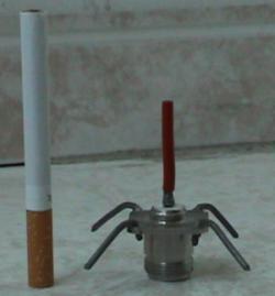 A antena omnidirecional, com um cigarro para a escala.